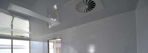 lambris pvc au plafond d'une cuisine pro