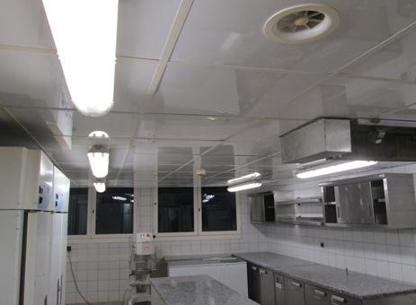 plafond de cuisine rénové en dalles pvc